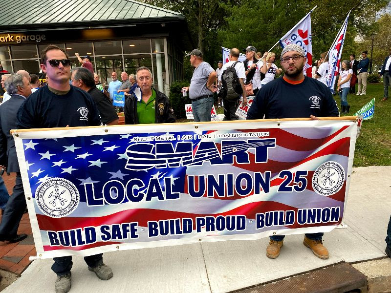 Murphy cheered by union members at rally before first debate